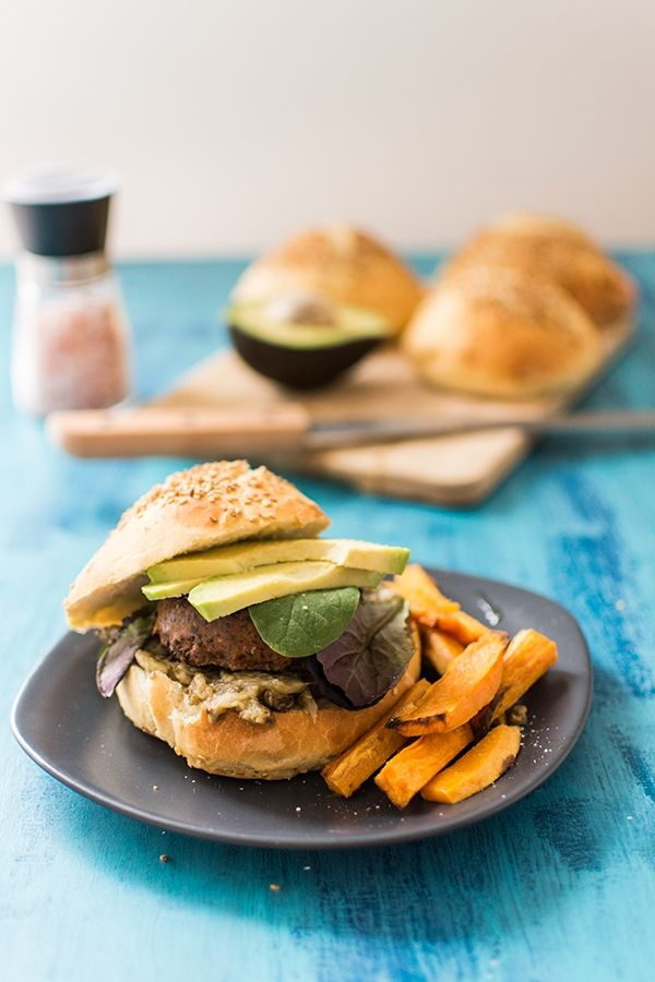 recette de veggie burger l 39 avocat frites de patates douces burgers pinterest l gumes. Black Bedroom Furniture Sets. Home Design Ideas