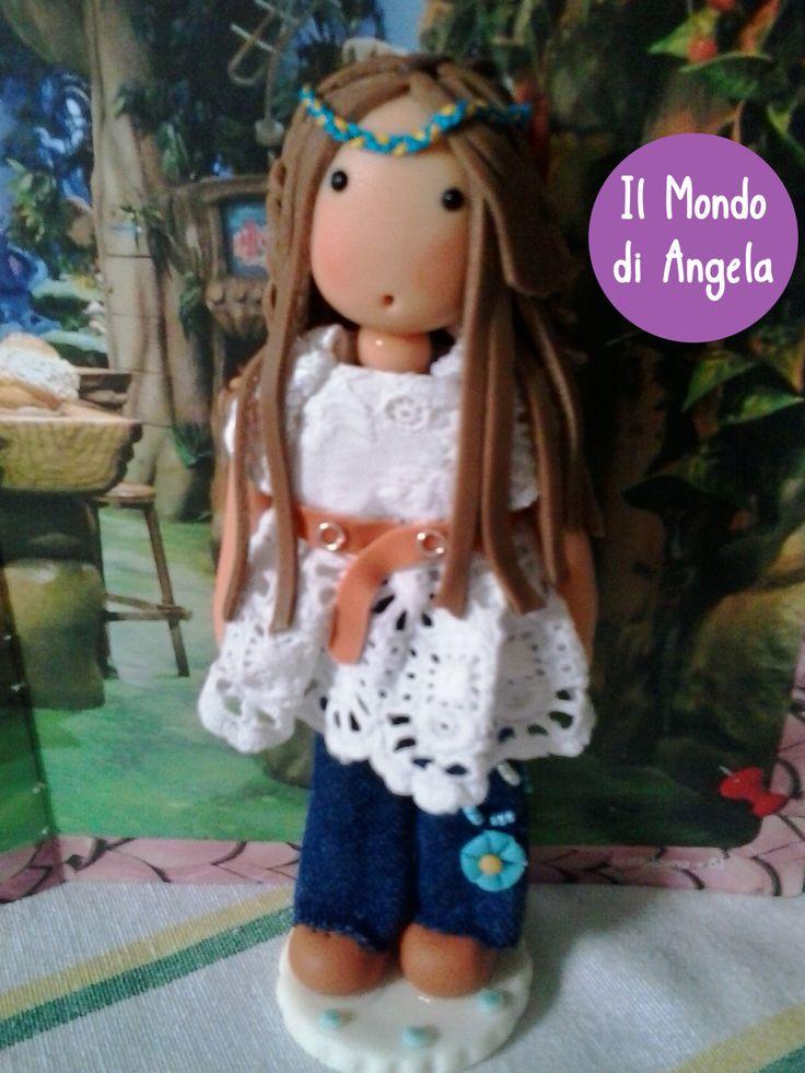 Una mattina di quelle in cui la voglia di creare bambole mi ha preso la mano, ho pensato di realizzarne alcune stile hippie…….. questa è una di loro, indossa un vero jeans, una camicia in pizzo….i suoi lunghi capelli sono raccolti dietro da nastri