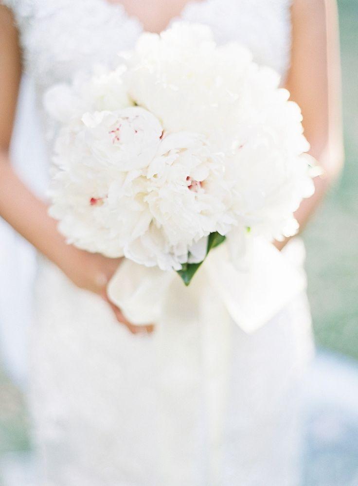 white bouquet | Photography: Marissa Lambert - www.marissalambertphotography.com