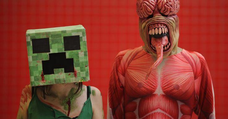"""Cómo desactivar zombies en """"Minecraft"""". """"Minecraft"""" presenta ciclos de tiempo que incluyen día y noche. Durante la noche, aparecen monstruos agresivos. Éstos incluyen arañas y zombies. Los monstruos pueden destruir tu progreso, incluyendo tus construcciones. Si no quieres que los zombies te invadan de noche, puedes cambiar el ajuste de dificultad para evitar la invasión de monstruos. Al ..."""