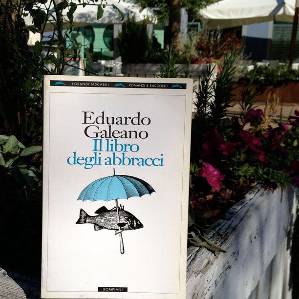 Sull'importanza delle cose semplici e della capacità di vedere le cose dall'alto.  I caldi abbracci di Eduardo Galeano. Fotografa il tuo libro preferito e aggiungi #instapiazze :-) Il 7 e l'8 settembre a Le Piazze Street Market si scambiano libri! #lepiazze #lifestyle #shopping #libri #streetmarket  www.lepiazzecastelmaggiore.it