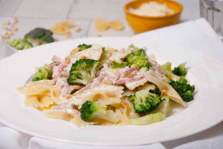 Deze pasta met Boursin, ham en broccoli is supermakkelijk om te maken en staat in een handomdraai op tafel. Eet smakelijk!