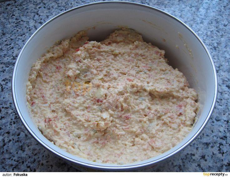 Vajíčka uvaříme. Vyšleháme sýr s máslem a žloutky. Přidáme drobně nakrájený salám gothaj, pokrájenou okurku, naloženou pokrájenou kapii, uvařené...