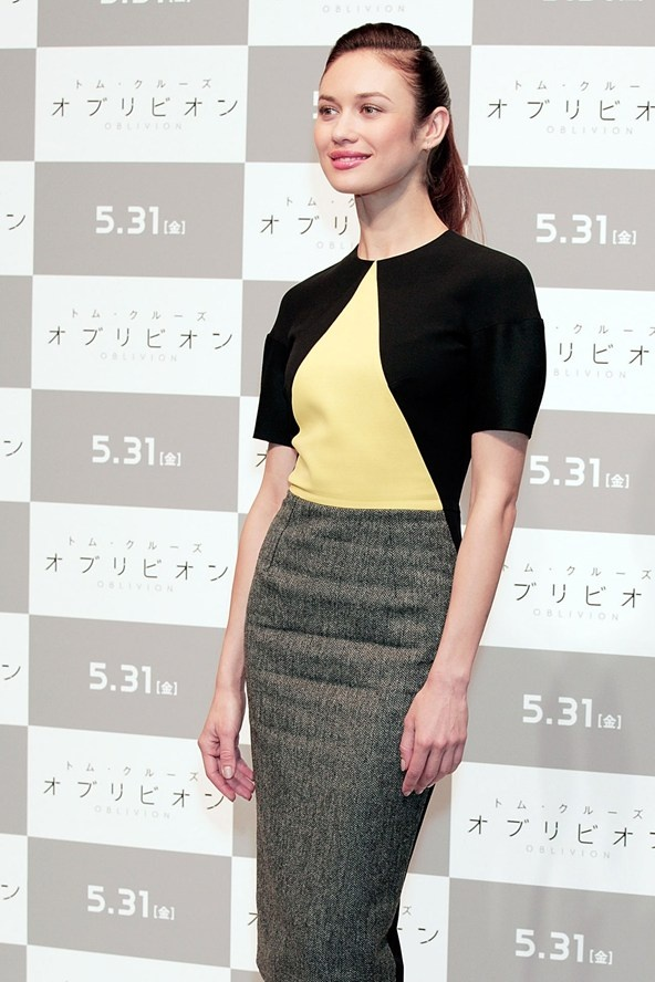 Olga Kurylenko attended a Tokyo press conference for her new film Oblivion wearing a fitted Victoria Beckham dress.
