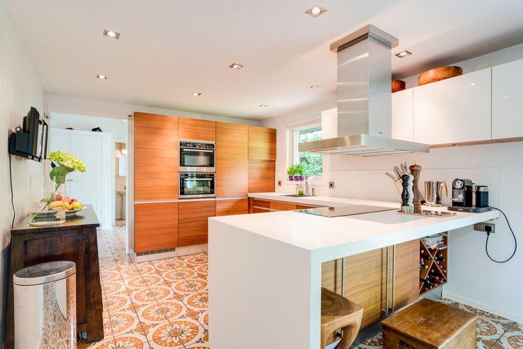 kök i valnöt och högblankt vitt - bänkskivor av tålig Coreline