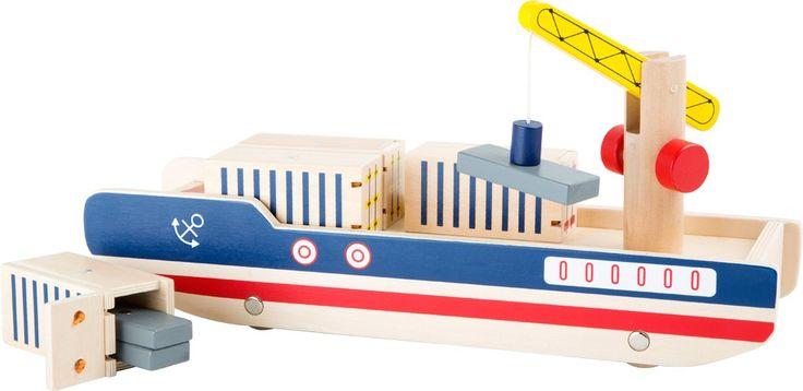 Alle Mann an Bord! Dieses tolle Containerschiff aus Holz passt einfach perfekt in jedes Kinderzimmer. Mit dem integrierten Kran können die Container leicht vom Boden auf das Schiff geladen werden, sodass auch garantiert nichts auf dem Trockenen bleiben muss.