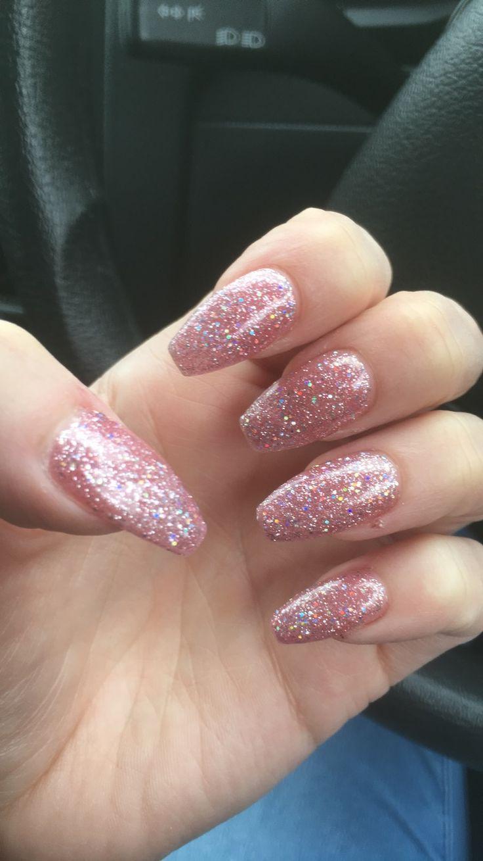 Squoval-Nägel in Babyrosa, mit rosa Glitzer verziert und an einer Hand befestigt – Nägel