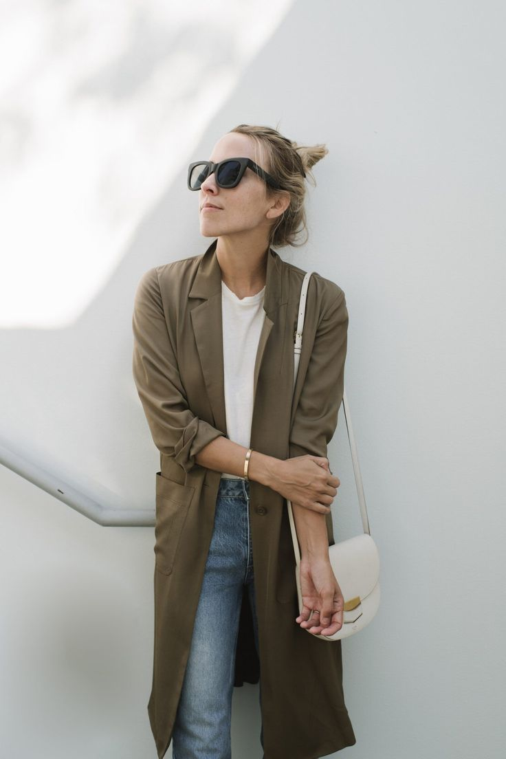 Minimal fall style with olive green trench, white t-shirt and denim jeans.
