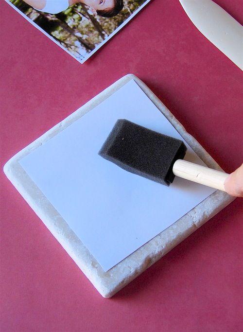 pegue superficie que vc vai apoiar a peça aquecê-los no microondas por um minuto. Aquecimento ajuda a tinta transferirpara a telha. (Este é um daqueles truques que aprendemos depois tentativas frustrantes)