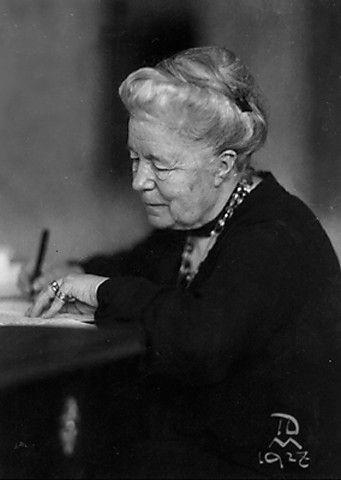 Selma Lagerlöf. First woman awarded with Nobel Prize in 1909. Escritora sueca, fue la primera mujer en ser galardonada con el Premio Nobel de Literatura, en 1909