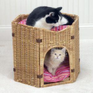 Плетеный домик-бунгало для двух кошек