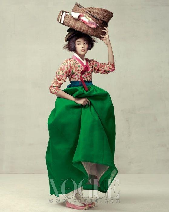 FÊTE DE LA MOISSON Asa veste et jupe floral vert des pâturages de soie imprimée, vêtue d'une jupe  : Kim Young-jin.