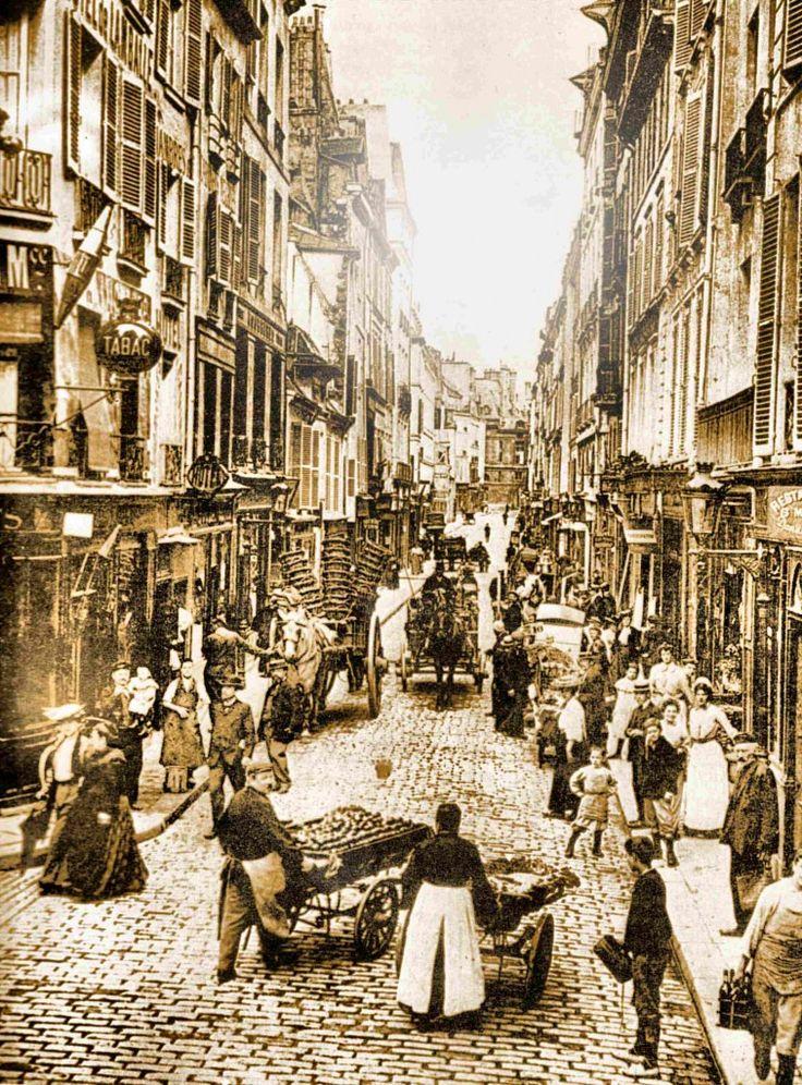 La rue de Seine en 1900.  Dans tous les quartiers populaires de Paris, des marchands ambulants avec des voitures à bras, animaient de leurs cris les rues et les ruelles.