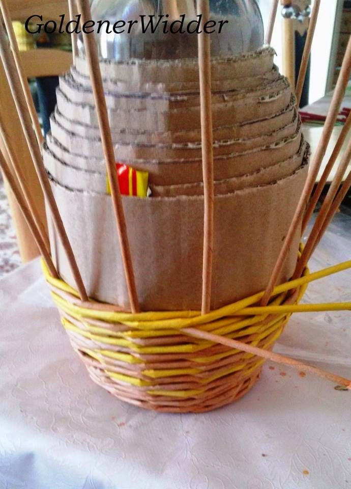 """Плетение из газетных трубочек: Форма """"бочки"""" из картона. Круглая форма. Плетение верёвочкой тремя трубочками. Картон."""