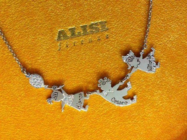 Tre fratelli che si adorano e che stanno sempre insieme.... anche sul collo della mamma! Collana in oro bianco e brillanti.