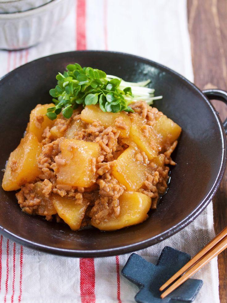 切って入れて煮るだけ♪『大根のオイスターそぼろ煮』 by Yuu / 大根を使った作り置き向きのメインおかず。お鍋にひき肉・大根・煮汁を入れたらあとは落し蓋をしてコトコト煮るだけ。大根の面倒な下茹でも不要なのでバタバタ忙しい日には大助かり!それでいて味はしみしみ♪あんかけなので冷めにくく味の絡みも抜群です♡また、ひき肉を使うことで温め直してもお肉が硬くならず美味しく頂けますよ♪ / Nadia