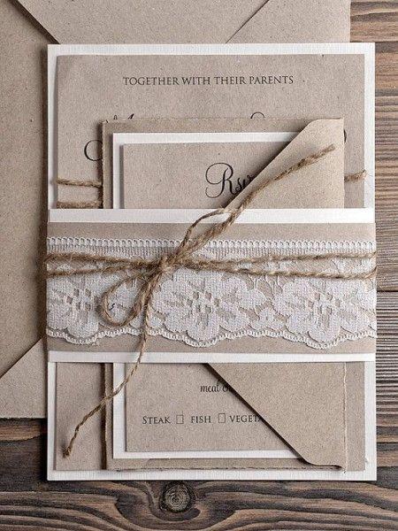 Invitación de boda realizada con papel kraft, con cordón de tela arpillera y con acabado de encaje. Imagen vía Etsy