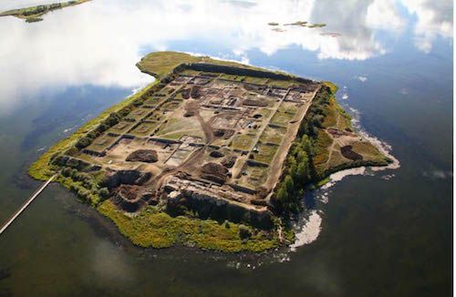 The mysterious island, Por-Bajin, was found in the centre of a remote lake high in the mountains of southern Siberia. 1,300-year-old fortress continues to mystify experts | World Mysteries