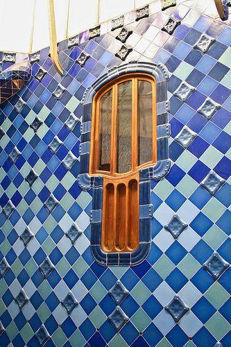 Patio. Tiene un total de 32 ventanas, con un doble diseño, una parte superior para la entrada de luz y unas rendijas inferiores para la ventilación. Asimismo, tanto el piso principal como los dos primeros tienen terrazas, cubiertas con barandillas de malla metálica.