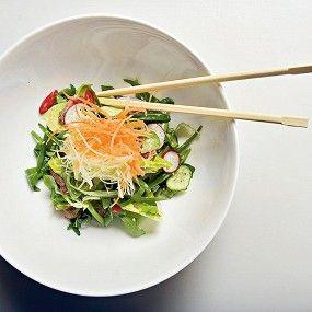 Азиатский салат из говядины с кунжутной заправкой