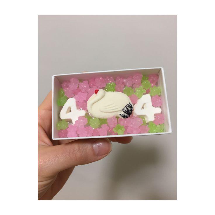 二次会プチギフト SOUSOU×長久堂コラボの金平糖と和三盆のお干菓子。 春らしくピンクとグリーンの金平糖を入れてもらいました。数字の4は挙式日です。 鶴と数字2つで410円。
