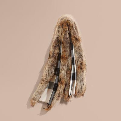 Sciarpa con motivo tartan realizzata in fine misto lana e cashmere, impreziosita da finiture in pelliccia di procione effetto texture lungo i bordi per un effetto sontuoso.