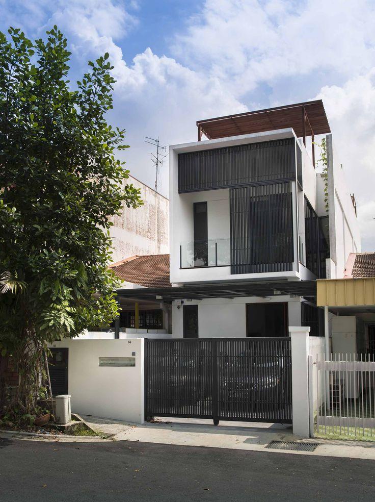 Công trình Airwell House | ADX Architects Ngôi nhà nằm trong một dãy nhà liền kề nhau, dạng ống, xung quanh là cây cối xanh tốt ở vùng ngoại ô thành phố Thomson, đối diện với khuôn viên trường Đại học James Cook. Một cặp vợ chồng đã mua ngôi nhà một tầng để chuẩn bị cho đám cưới và giờ họ muốn phá đi để xây lại một ngôi nhà mới. Đây là một kiểu kiến trúc phổ biến của nhà hạng trung ở Singapore, với mặt tiền 6m, sâu 21m…
