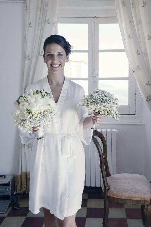 Sposa con bouquet di peonie e nebbiolina