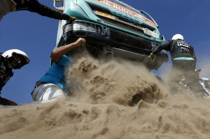 Felipe Trueba/European Pressphoto Agency SAND TRAP: A spectator, second from left, helped Dutch driver Hans Stacey to move his truck from a dune during the ninth stage of the Dakar Rally 2014 between Calama and Iquique, Chile, Tuesday. The rally takes place in Argentina, Bolivia and Chile from Jan. 4 to Jan. 18.