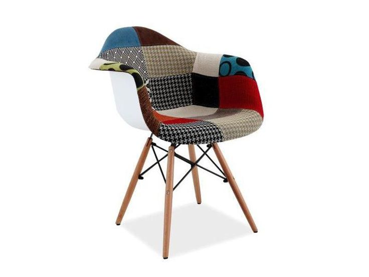 Krzesło Denis II jest niezwykle oryginalne, siedzisko pokryte jest patchworkową tkaniną