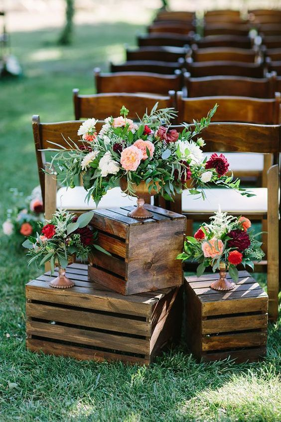 Sempre que pensamos em casamento rústico ou no campo, sabemos que o elemento fundamental para usar na decoração é a madeira. E uma maneira de decorar gastando pouco, é usando caixas de feira!
