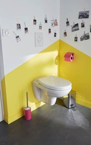 Pour une décoration de toilettes originales, créez le contraste avec l'association d'une peinture jaune soleil et blanche