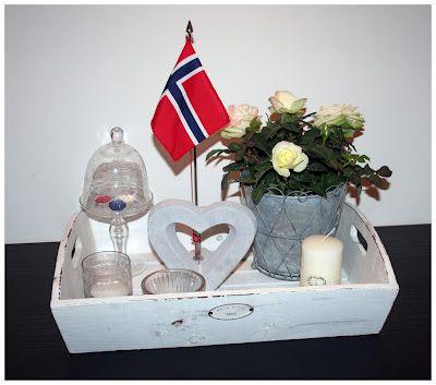 Søtt. Et vanlig brett, med nøytral dekor. Bare sett i et flagg (Jeg tenker: Det kan settes i en vase, en flaske/flakong hvis den ikke har noen plate å stå på).