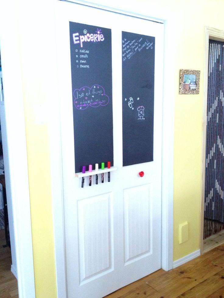 Tableau sur la porte du garde manger  Moulure mini pour le tour du tableau Petit bois avec des trous pour les crayons! Les deux rectangles du bas de la porte sont recouvert de papier peint imitation lambris.