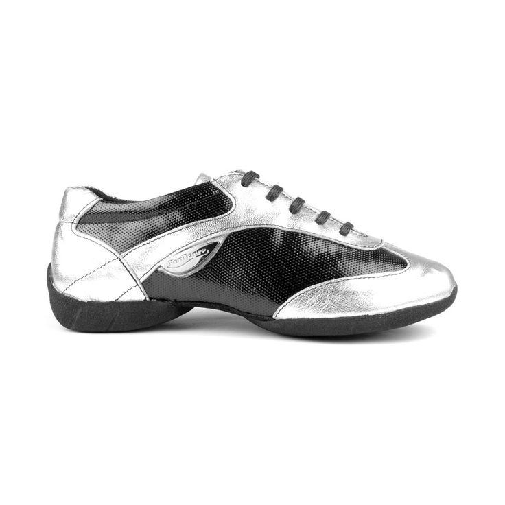 Rå og spændende dansesneakers fremstillet i sølvfarvet læder og sort læder med lak. En kvalitetssko med styrke inden for fit, fleksibilitet og stødabsorbering. Modellen PD06 Fashion er fra PortDance. Forhandles hos Nordic Dance Shoes: http://www.nordicdanceshoes.dk/portdance-pd06-fashion-dansesneaker#utm_source=pin