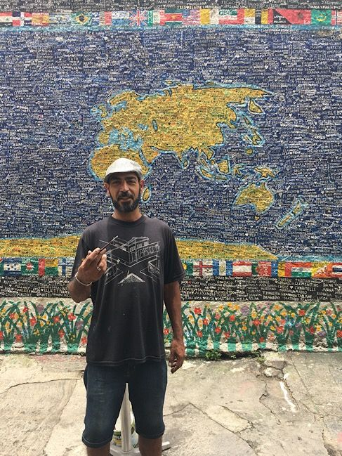 An artist who paints people's names from all around the world for 5 Brazilian Reals