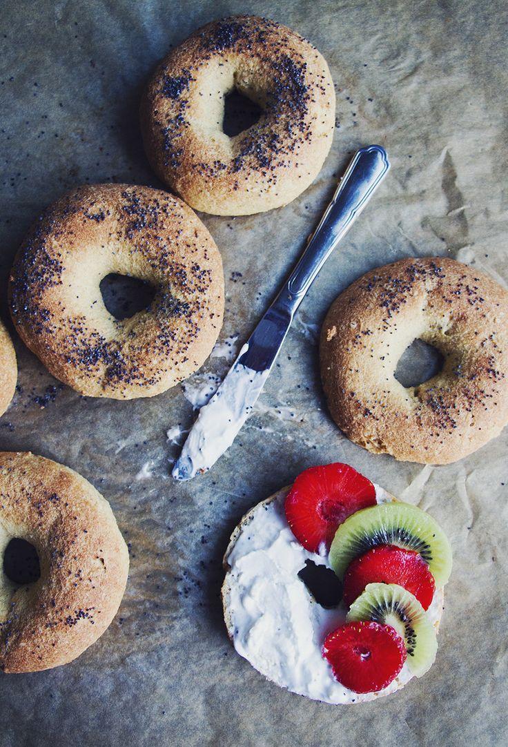 Ljuva glutenfria bagels med jordgubbar och kiwi på