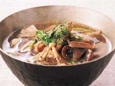 田村 隆さんの「きのこの沢煮椀」のレシピページです。食べごたえのある汁物。仕上げに黒こしょうをきかせるとおいしさ倍増。 材料: 生しいたけ、しめじ、まいたけ、えのきだけ、豚バラ肉、せり、だし、砂糖、塩、しょうゆ、酒、黒こしょう