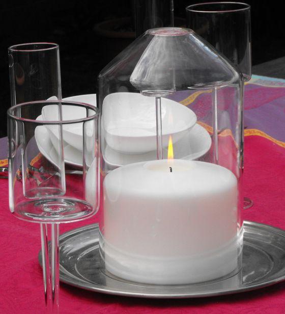 Italienische Lebensart: diese Glasglocke mit Griffloch stülpt sich perfekt über die kleine Kunststoffkerze von M&G Emozioni. Genießen Sie ein langlebiges Tischlicht, das immer seine schöne Form behält. Der Kunststoffkörper verformt sich nicht und tropft nicht. Zur Lieferung gehört ein 3er Set Teelichter, jedes mit einer Brenndauer von 6 Stunden.