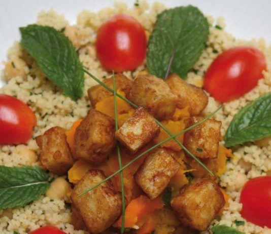Cuscus ai ceci ed erba cipollina, zucca e carote alla menta, tofu croccante alla soia