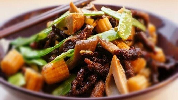 Hovězí maso s houbami, hráškem a kukuřicí.Klasický kantonský.