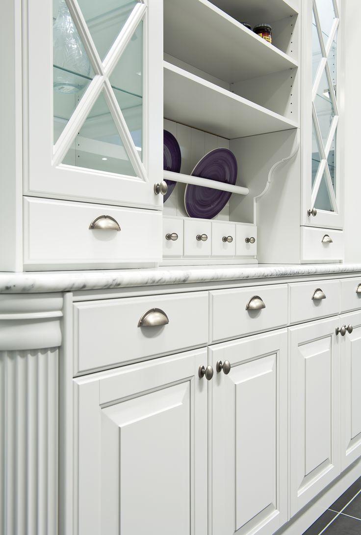Inred ditt kök med ett fristående vitrinskåp med traditionsdetaljer   Ballingslöv