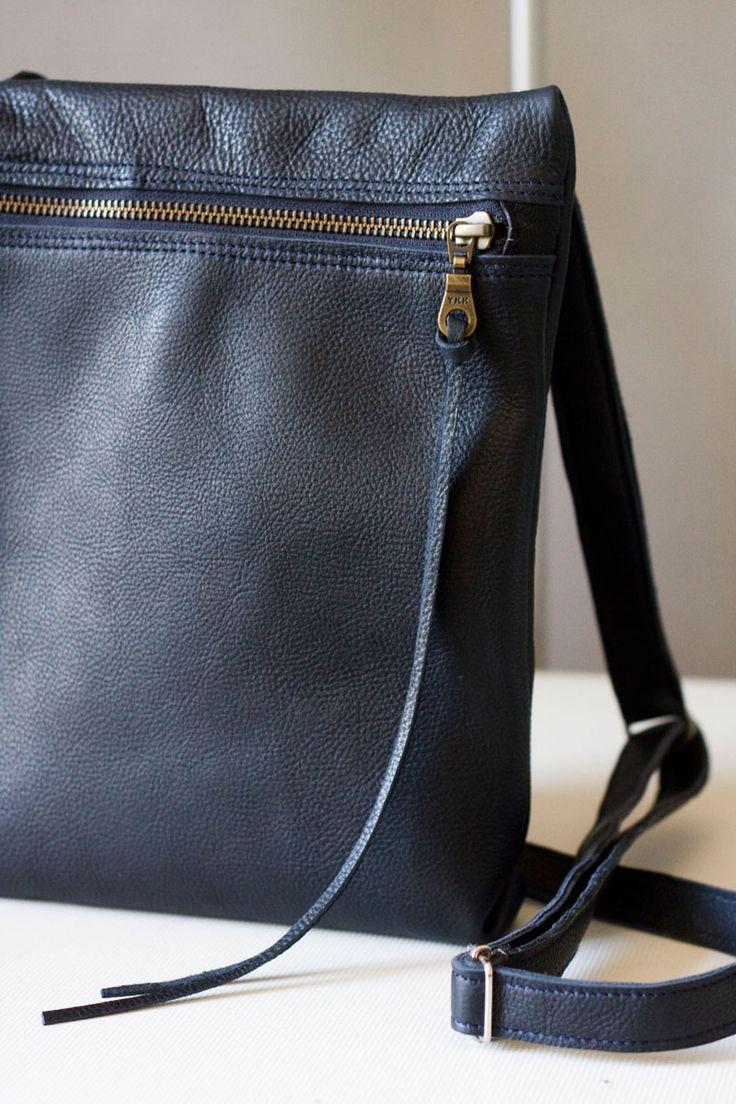 Torebka z granatowej, prawie czarnej skóry licowej. Mieści format A5 z zapasem. #blue_bag #summer_bag #summer_fashion #handmade #leather_bag #navy_blue