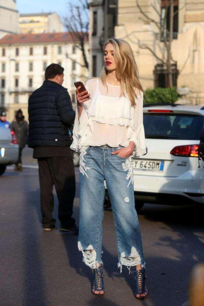 Street style Milano Fashion week 2017 - Blusa e jeans strappato a Milano