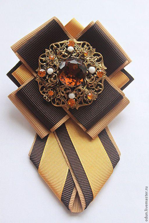 Купить или заказать Брошь - галстук ' Нарцисс ' в интернет-магазине на Ярмарке Мастеров. Брошь - галстук ' Нарцисс'. Стильный аксессуар ! Брошь выполнена из репсовой ленты. Центральный элемент- старая чешская брошь из латуни.