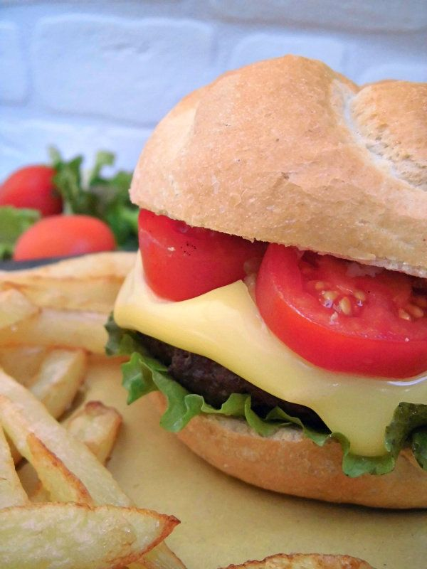 Hamburger e patatine, il cibo più amato dagli americani (e non solo), considerato cibo spazzatura,  è certamente il più venduto dai fast food di tutto il mondo. Se anche voi amate l'hamburger, non rinunciateci, ma preparatelo da soli, in modo sicuramente più sano e genuino.