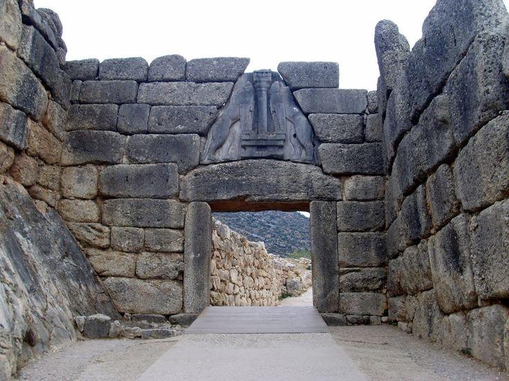 Porta dei leoni,1300 a.C circa.La Porta fa parte delle mura ciclopiche formato da architrave sormontato da una grande lastra triangolare con due leoni.La porta è larga 3 metri, alta 3,20. Da Micene scoperta dall'archeologo tedesco Heinrich Schliemann.