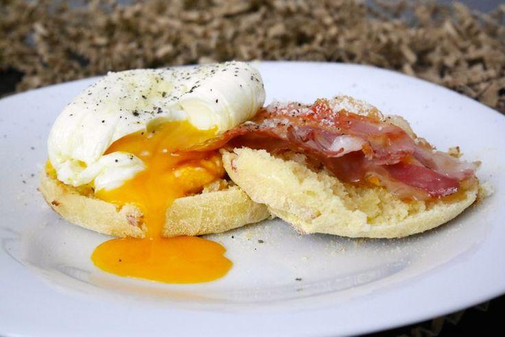 """Le focaccine con pancetta affumicata, crema di carote e uova in camicia sembrerebbero un po' una """"rivisitazione"""" della classica colazione anglosassone. In"""