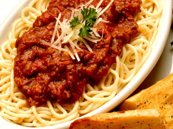 Pasta Bolognese med riven parmesanost