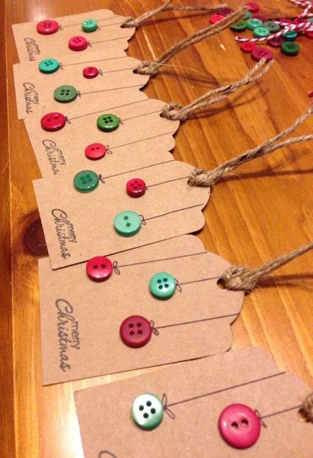 Uma forma de economizar e ao mesmo tempo encantar as pessoas que você vai presentear nesse Natal é customizar a embalagem! Veja uma ideia de personalização bacana com etiquetas. - Veja mais em: http://www.vilamulher.com.br/artesanato/tendencias/selos-e-etiquetas-de-natal-com-botoes-692999.html?pinterest-mat